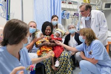 Separate con successo all'Ospedale Pediatrico Bambino Gesù di Roma due gemelline siamesi centrafricane unite dalla nuca, con cranio e gran parte del sistema venoso in comune. È il primo caso in Italia, e probabilmente l'unico al mondo, di un intervento riuscito del genere. Dopo oltre un anno di preparazione, sono state sottoposte a tre interventi delicatissimi e separate il 5 giugno, con un'operazione di 18 ore. Ad un mese di distanza le bambine stanno bene, Roma, 7 Luglio 2020. ANSA/UFFICIO STAMPA OPBG.NET