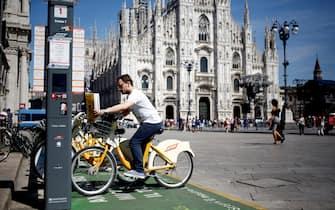 Foto LaPresse - Mourad Balti Touati 16/06/2017 Milano (Ita) - Piazza duomo Cronaca Bike sharing in piazza duomo