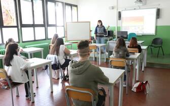 Studenti di nuovo in classe nelle scuole professionali di Padova e provincia per preparare gli esami di qualifica e di diploma. All'Enaip di Conselve (corsi per meccanici e servizi commerciali delle vendite) gli alunni hanno seguito le lezioni con la mascherina, seduti dietro a banchi distanziati, 10 giugno 2020. ANSA/NICOLA FOSSELLA