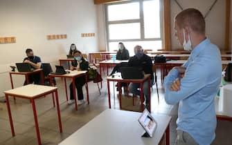 Studenti in aula con la mascherina in un istituto di Noventa padovana. ANSA/NICOLA FOSSELLA