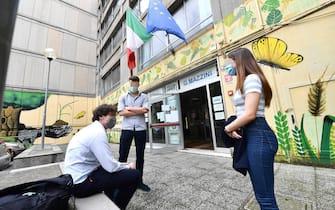 Un momento del primo giorno degli esami di maturit  alla scuola superiore liceo classico e linguistico statale Giuseppe Mazzini, Genova, 17 giugno 2020. ANSA/LUCA ZENNARO