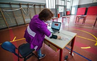 Un'addetta alle pulizie sanifica i banchi tra una prova e l'altra dell'esame di maturità presso la scuola liceo classico e musicale Tassoni. Torino 17 giugno 2020 ANSA/TINO ROMANO