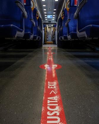 Segnaletica e cartelli per il distanziamento su un treno regionale fermo alla stazione Termini, Roma, 4 maggio 2020.ANSA/ALESSANDRO DI MEO