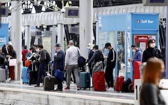 Passeggeri in partenza dalla stazione Centrale di Milano, 4 maggio 2020. Ansa/Mourad Balti Touati