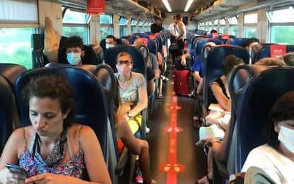 """Coronavirus, il racconto: """"Tutti ammassati sul treno regionale"""". FOTO"""