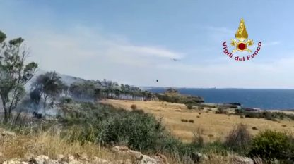 Raffiche di vento in Salento, vasto incendio vicino al Lido Conchiglie