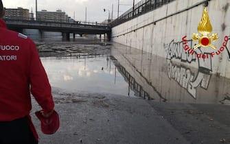 Due persone sono morte annegate in un sottopasso di viale della Regione a Palermo, allagato per la bomba d'acqua caduta in citt‡. Erano in un'auto, sommersa dalla pioggia, che Ë rimasta blocca in strada. Sul posto isommozzatori dei vigili del fuoco che stanno intervenendo perrecuperare i corpi. ANSA/US VIGILI DEL FUOCO ++ NO SALES, EDITORIAL USE ONLY ++