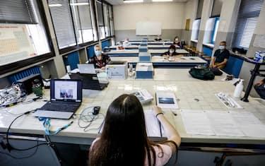 Una studentessa durante la prova orale agli esami di maturita' al liceo statale A. Volta  durante l'emergenza Coronavirus a Milano, 17 giugno 2020.ANSA/Mourad Balti Touati