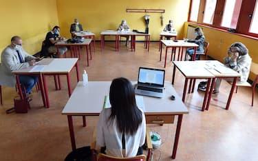 Una studentessa inizia il colloquio al liceo Alfieri di Torino durante il primo giorno degli esami di maturità, 17 gugno 2020. ANSA/ALESSANDRO DI MARCO
