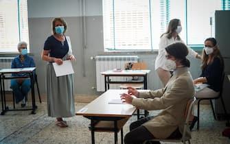 L'attesa di studenti e professori in un liceo di Napoli per le prove della maturita' 2020, 17 giugno 2020. ANSA/CESARE ABBATE