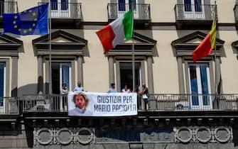 Lo striscione posto sulla facciata del Comune di Napoli per chiedere giustizia per Mario Paciolla, il volontario Onu napoletano morto in Colombia, 18 luglio 2020.  ANSA / CIRO FUSCO