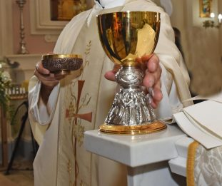 Ruba offerte in chiesa e fugge con l'auto del parroco: fermato a Roma