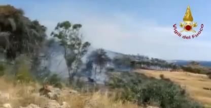 Vasto incendio a Gallipoli, ore di paura tra i turisti sul lungomare