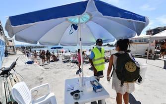 Spiagge libere molto affollate nonostante gli ingressi contingentati a numero chiuso sulle spiagge libere genovesi. Genova, 21 Giugno 2020. ANSA/LUCA ZENNARO