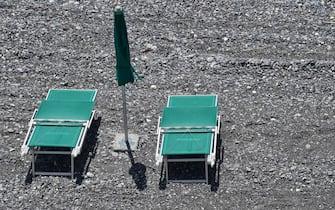 Sdraio e ombrelloni sulle spiagge del litorale genovese durante la fase 3 del coronavirus covid 19, Genova, 19 Giugno 2020. ANSA/LUCA ZENNARO