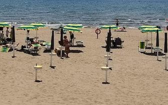 Gente in spiaggia a Marina di Tor San Lorenzo, sul litorale romano, 02 giugno 2020. ANSA/RACHELE DE RENZIS