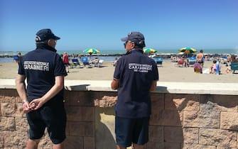 100 volontari, tra polizia locale e protezione civile, sui tratti più lunghi degli 11 chilometri di spiagge libere di Fiumicino (Focene, Passoscuro), in azione anche due quad per la sorveglianza, 6 giugno 2020.  ANSA