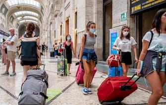 Persone alla stazione di Milano Centrale con la mascherina durante il Covid 19