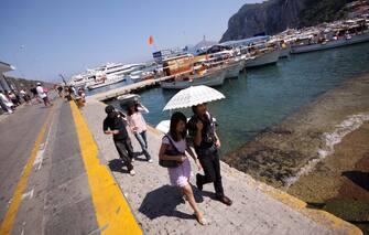 Turisti passeggiano a Marina Grande in una foto d'archivio. ANSA/CESARE ABBATE