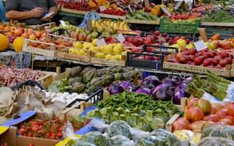 Un mercatino rionale in zona Chaia a Napoli.  Dai  dati  Istat diffusi oggi risulta che si allentano le tensioni sui prezzi dei prodotti di largo consumo: i prezzi dei beni alimentari, per la cura della casa e della persona (il carrello della spesa) rallentano a ottobre dal +1,5% di settembre all'1%. 31 ottobre 2018 ANSA / CIRO FUSCO