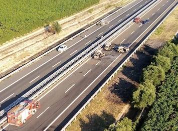 Foggia, assalto a furgone portavalori su A14: spari e auto incendiate