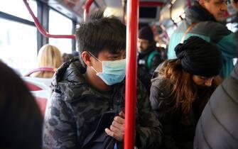 nella foto cinese con la mascherina sopra il bus (Alberto Lo Bianco/Fotogramma, Roma - 2020-02-05) p.s. la foto e' utilizzabile nel rispetto del contesto in cui e' stata scattata, e senza intento diffamatorio del decoro delle persone rappresentate