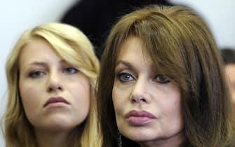 Veronica Lario (D) con la figlia Barbara Berlusconi all'Università Bocconi di Milano in una immagine di archivio. ANSA/DANIEL DAL ZENNARO