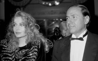 Silvio Berlusconi con l'allora compagna Veronica Lario al teatro  La Scala per la prima del Nabucco, a Milano l' 8 dicembre 1986. ANSA ARCHIVIO