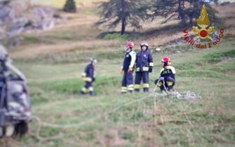 I vigili del fuoco sul luogo del drammatico incidente avvenuto nella notte aCastelmagno, in alta Valle Grana, nelle Alpi Cozie meridionali della provincia di Cuneo, 12 agosto 2020. In prossimità del rifugio Maraman, lungo la strada per Monte Crocetta, un Land Rover Defender 130 è uscito di strada, per cause in corso di accertamento. Cinque le vittime. Con il conducente di 24 anni sono morti altri quattro giovanissimi tra gli 11 e i 16 anni. Quattro i feriti, due in gravi condizioni, anche loro giovani.ANSA/ VIGILI DEL FUOCO+++ ANSA PROVIDES ACCESS TO THIS HANDOUT PHOTO TO BE USED SOLELY TO ILLUSTRATE NEWS REPORTING OR COMMENTARY ON THE FACTS OR EVENTS DEPICTED IN THIS IMAGE; NO ARCHIVING; NO LICENSING +++