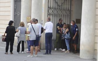 Dolore all'esterno del cimitero di Cuneo per l'ultimo saluto ai 5 giovani, tra i 24 e gli 11 anni, morti in un drammatico incidente nella notte a Castelmagno dove la macchina su cui viaggiavano è uscita, 12 agosto 2020. Le vittime si trovavano in Valle Grana in villeggiatura con le famiglie ed avevano trascorso la serata all'Alpe Chastlar, a guardare le stelle cadenti. A bordo del fuoristrada viaggiavano in nove. La Procura di Cuneo ha aperto un'inchiesta per scoprire le cause dell'incidente e eventuali responsabilità. Tra le ipotesi che un animale abbia tagliato la strada all'auto facendola sbandare e finire nel burrone.ANSA/EDOARDO SISMONDI