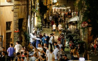 Nightlife in Trastevere district, downtown Rome, during Phase 3 of the Coronavirus emergency, in Rome, Italy, 01 August 2020. ANSA/FABIO FRUSTACI