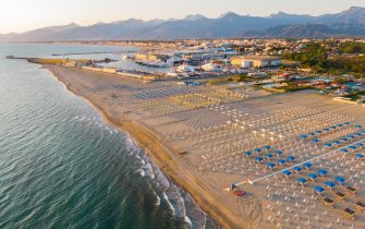 Seaside establishments along cost and beach of Versilia, Tuscany, opening season at the end of Covid19 lockdown phase 2 emergency positioning beach umbrellas and deckchairs following the new sanitary rules as respecting 5 meters of distance between itself due contain Covid19 spread, Viareggio 28 May 2020. (Ansa foto Fabio Muzzi)