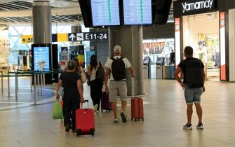 Vacanzieri all'aeroporto di Fumicino, dove oggi e domani sono previsti rispettivamente 230 e 245 voli, tra arrivi e partenze