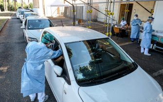 Persone in fila dentro le proprie automobili per effettuare il tampone 'drive-in' per diagnosticare il COVID-19, presso l'Asl Roma 1, 6 luglio 2020. ANSA/ALESSANDRO DI MEO