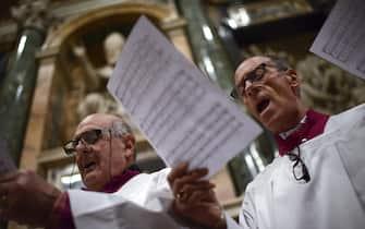 Membri del coro eseguono un brano durante una messa in latino per l'elezione del nuovo pontefice, nella basilica di Santa Maria Maggiore, il 7 marzo 2013 a Roma. ANSA/ GUIDO MONTANI