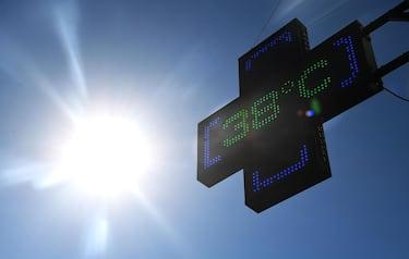 Il termometro di una farmacia segna i 38 gradi a Genova, 31  luglio 2018. Ondata di calore in Liguria con bollino rosso anche per il 2 agosto, prolungata dunque di altre 24 ore dal Ministero di Salute rispetto all'allerta diramato ieri. Arpal ha emesso un avviso meteorologico per avvertire dell'ondata di calore con elevato disagio a causa di temperature elevate e tassi d'umidità medio alti.    ANSA/LUCA ZENNARO