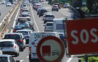 Code in autostrada tra Firenze sud e Incisa dovute al traffico intenso dell'esodo estivo, 9 agosto 2014. ANSA/ MAURIZIO DEGL'INNOCENTI