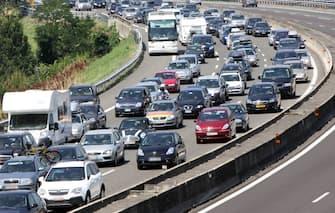 Traffico e incolonnamenti sull'autostrada A14 nel bolognese.Oggi è giornata da bollino rosso su strade e autostrade dal momento che è entrato nel clou l'esodo degli italiani per le ferie.   ANSA/ GIORGIO BENVENUTI/ DBA