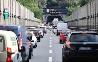 Traffico intenso sull'autostrada A7 direzione A10 a causa della chiusura dello svincolo verso il ponete Morandi a Genova, 20 agosto 2018. ANSA/LUCA ZENNARO