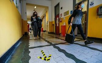 La studentessa Martina Baeli durante l'esame di maturità presso la scuola liceo classico e musicale Tassoni. Torino 17 giugno 2020 ANSA/TINO ROMANO