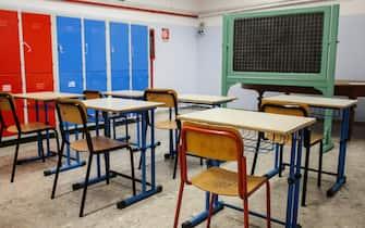 Una possibile sistemazione di alcuni banchi singoli nella sede della scuola media in via dell'Olmata dell'istituto comprensivo ''Daniele Manin'', Roma 6 agosto 2020. ANSA/FABIO FRUSTACI