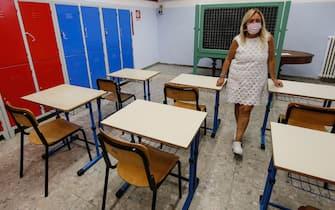 La vice preside dell'istituto comprensivo ''Daniele Manin'', Rita Arseni, mostra una possibile sistemazione di alcuni banchi singoli nella sede della scuola media in via dell'Olmata, Roma 6 agosto 2020. ANSA/FABIO FRUSTACI