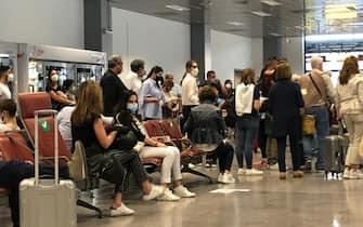assembramenti stamattina su volo Milano Olbia