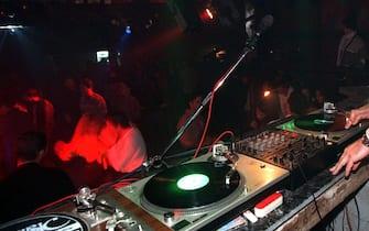 UN IMPRENDITORE ITALIANO (NOME NON DISPONIBILE) HA ACQUISTATO E LAVORA COME DJ IN UNA DISCOTECA A TIRANA. ANSA/DM