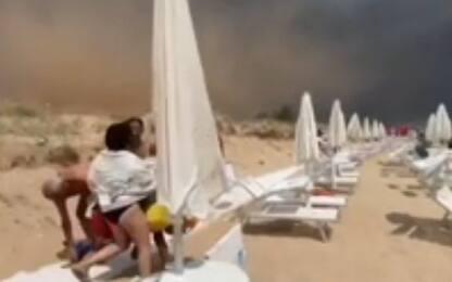 Tromba d'aria in Salento, bagnanti in fuga a Marina di Pescoluse VIDEO