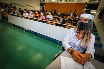 Studenti in attesa di essere ammessi nelle aule dove si svolgeranno i test per l'accesso alla facoltà di Medicina e Odontoiatria dell'Università Federico II di Napolii, 3 Settembre 2020 ANSA/CESARE ABBATE/