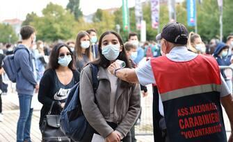 Studenti in coda dalle 8 ai cancelli del Lingotto per sostenere i test d'ingresso per 490 posti di Medicina e Chirurgia e 44 di Odontoiatria, Torino, 3 settembre 2020 ANSA/ALESSANDRO DI MARCO