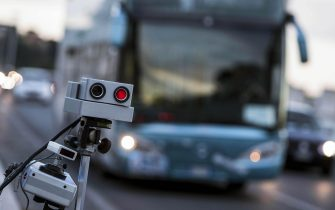 Un autovelox della Polizia Roma Capitale, Roma, 14 maggio 2014. L'autovelox sbarca a Roma per combattere l'alta velocità in città. Da lunedì i primi 7 autovelox monitoreranno, a rotazione, le strade a maggiore rischio di incidenti mortali, dove i limiti da rispettare vanno dai 30 ai 70 chilometri orari.ANSA/MASSIMO PERCOSSI