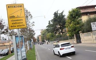 Saranno attivati il 28 novembre, ma entreranno in funzione già il 7, i nuovi autovelox di viale Panzacchi e di via Stalingrado a Bologna. Per le prime tre settimane di sperimentazione non saranno elevate sanzioni e diverse pattuglie di vigili urbani saranno impiegate nelle vicinanze per un servizio di informazione, per ricordare agli automobilisti che il limite di velocità in quelle aree è di 50 chilometri orari. Gli autovelox infatti non introducono un nuovo divieto ma accertano il rispetto del limite, Bologna, 20 ottobre 2016.  ANSA/GIORGIO BENVENUTI