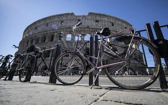 Biciclette parcheggiate fuori del  Colosseo a Roma, 16 maggio 2017.ANSA/MASSIMO PERCOSSI